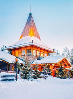 villaggio di babbo natale illuminato nella neve