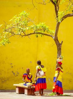 donne colombiane vestite con abiti tradizionali