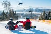 coppia fa snowboard in svizzera