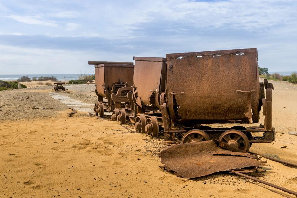 carrelli da miniera abbandonati sulla spiaggia a ingurtosu in sardegna