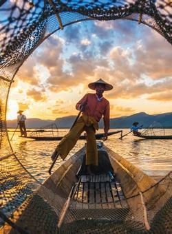pescatore su una gamba al lago inle