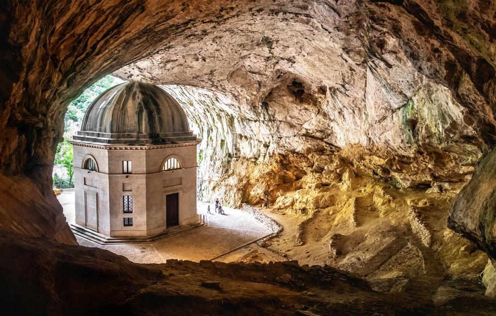 tempio del valadier nella grotta