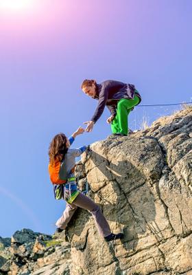 due persone si aiutano nell arrampicata sportiva