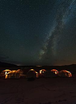 campeggio sotto alle stelle nel deserto del sahara in mauritania