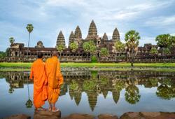 monaci cambogiani davanti al tempio