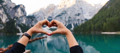 foto a forma di cuore sul lago di braies