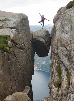 salto su sasso sospeso in norvegia