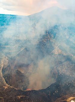 cratere attivo del vulcano masaya
