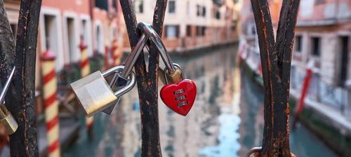 lucchetto a forma di cuore su un ponte a venezia