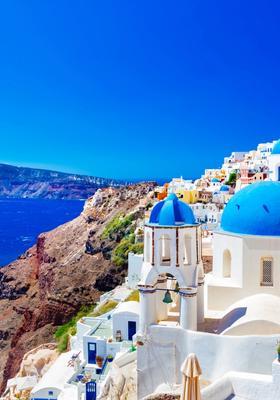 Vista panoramica delle case bianche e blu di Santorini in Grecia