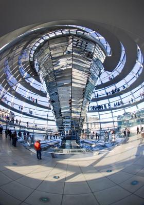 cupola di vetro del palazzo del reichstag a berlino
