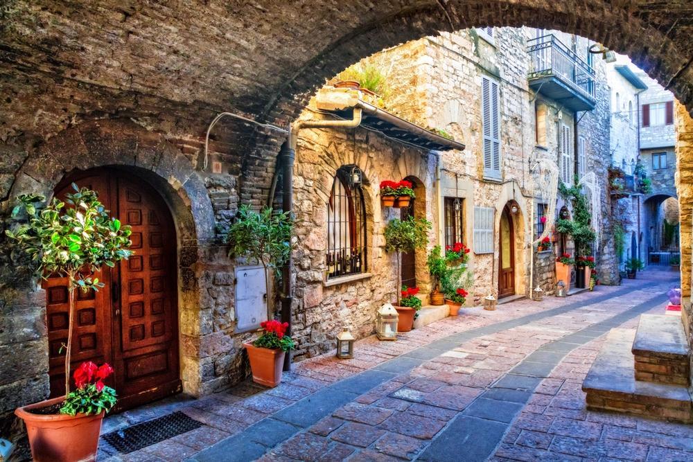 strade fiorite nel borgo di norcia in umbria