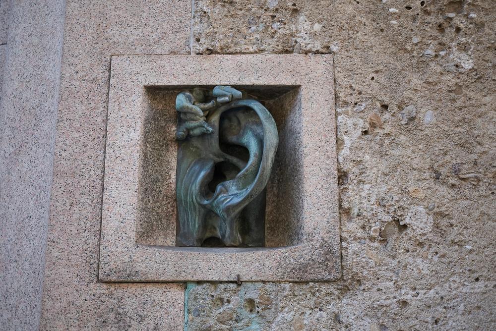 casa con orecchio milano