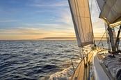 barca a vela in sicilia al tramonto
