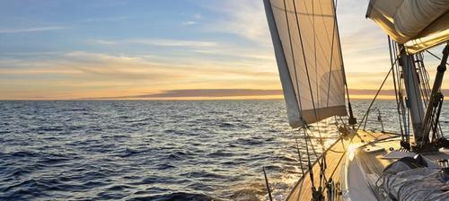 barca a vela al tramonto
