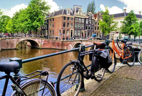 Amsterdam: Tour fra i canali della città cover