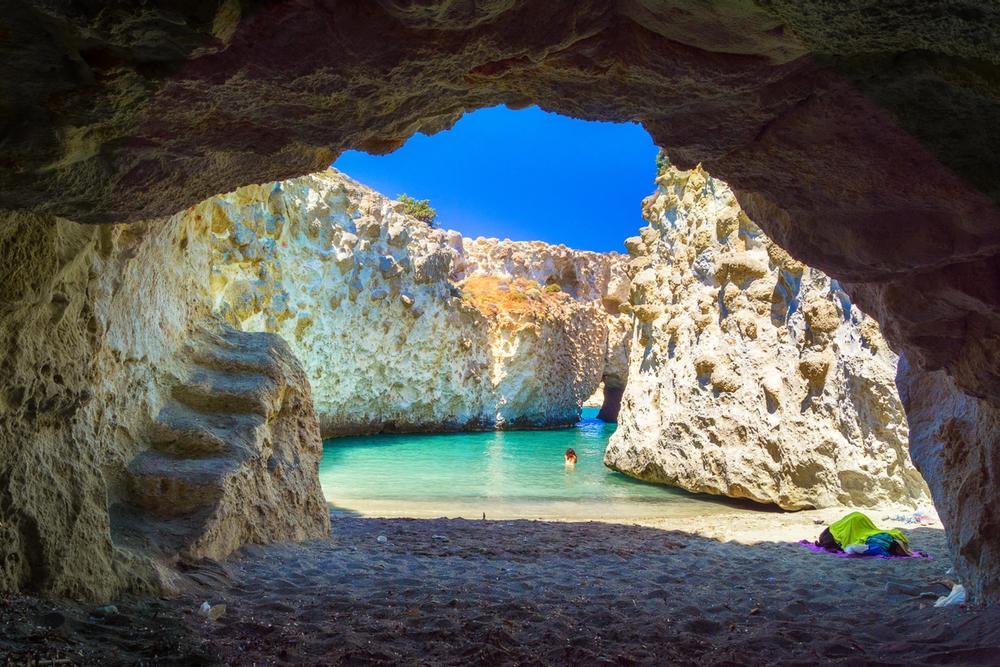 grotta di papafragas isola di milos in grecia