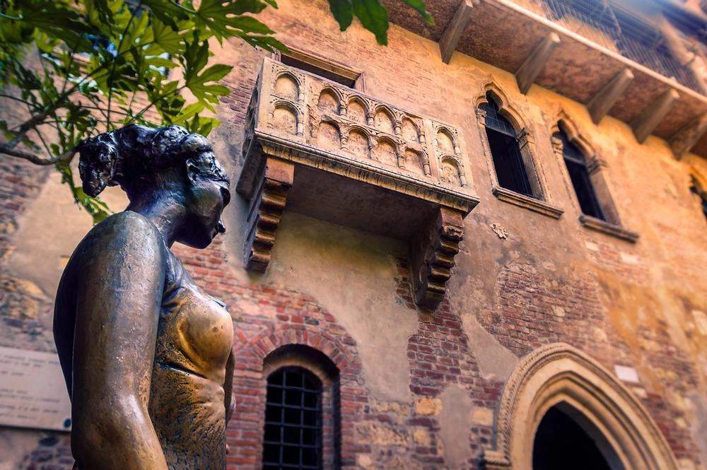 statua e casa di giulietta a verona