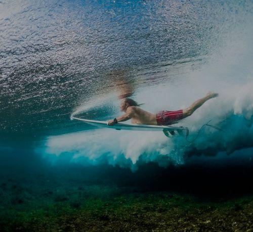 ragazzo fa surf nell oceano