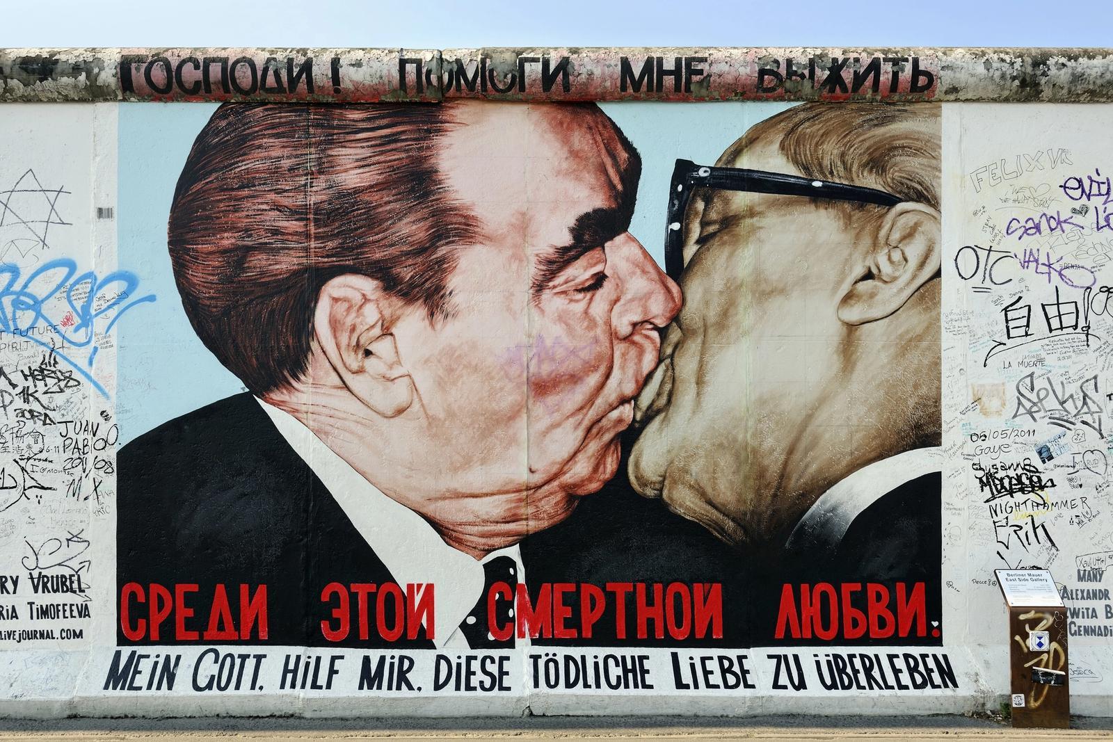 uomini che si baciano muro di berlino