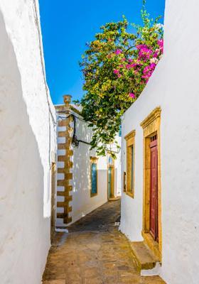 stradine con case colorate di patmos