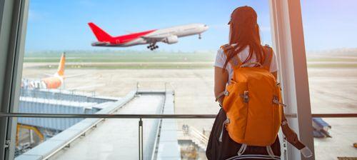 viaggiatrice zaino in spalla in aeroporto