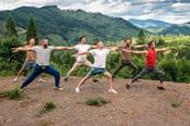 yoga uomini in montagna