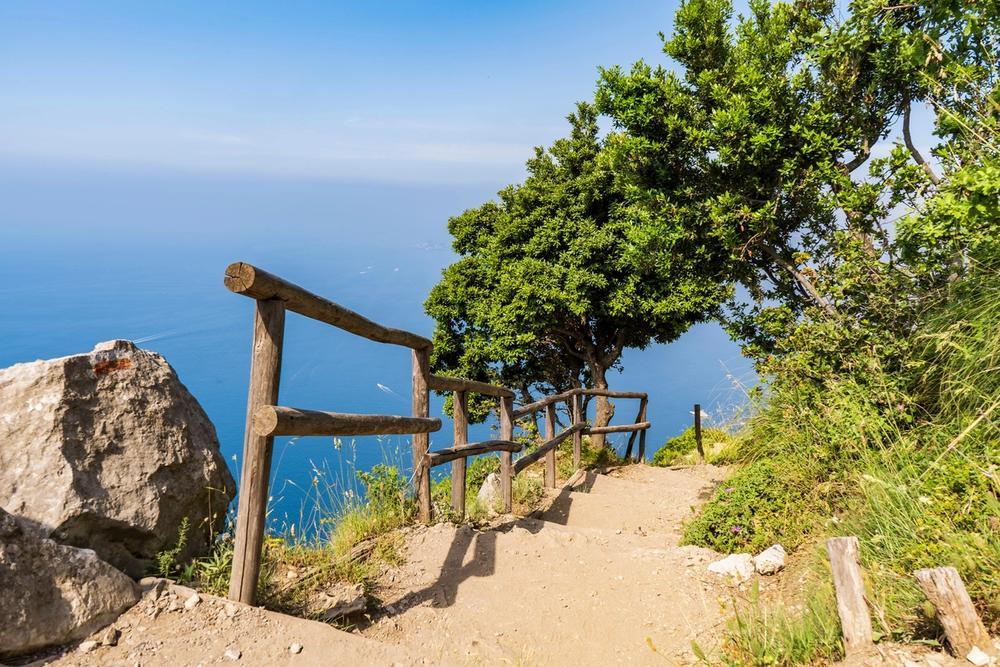 sentiero degli dei a picco sul mare in campania