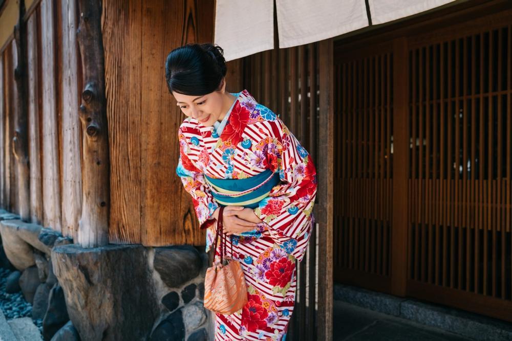 donna pratica l inchino keirei in giappone