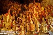 grotta piena di statue di buddha in oro