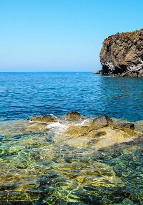 Grotta in mare a Salina in Sicilia