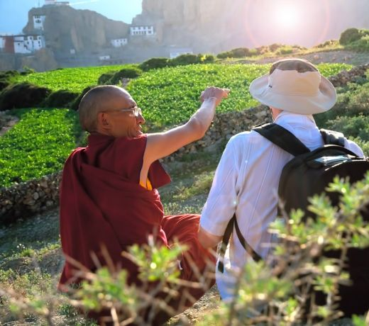 turista con monaco tibetano