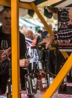 turisti assaggiano vino a lubiana