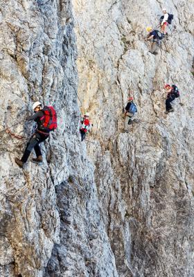 arrampicata sportiva di gruppo su roccia