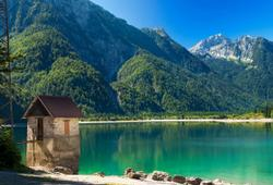 casetta nel lago del predil