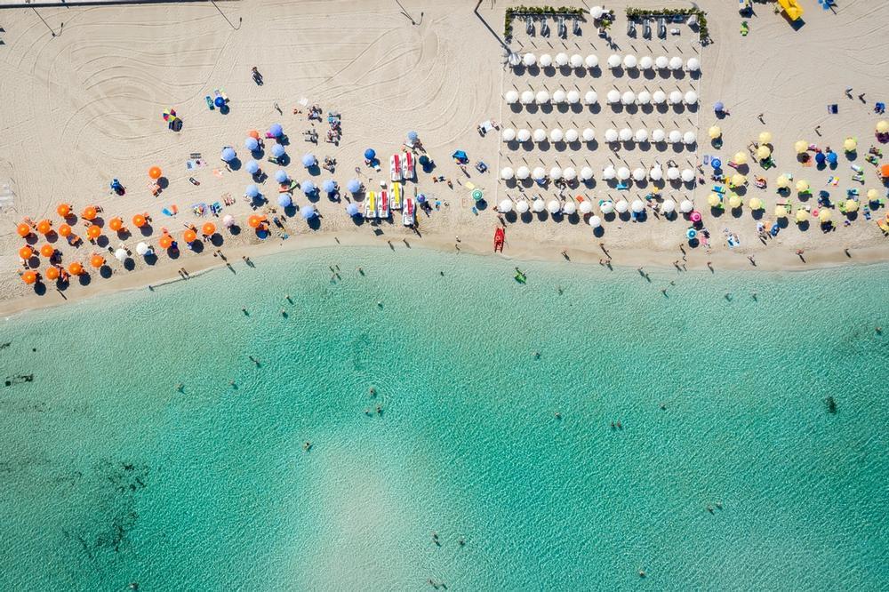 ombrelloni sulla spiaggia di san vito lo capo