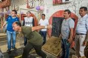 uomini colombiani giocano allo sport tejo