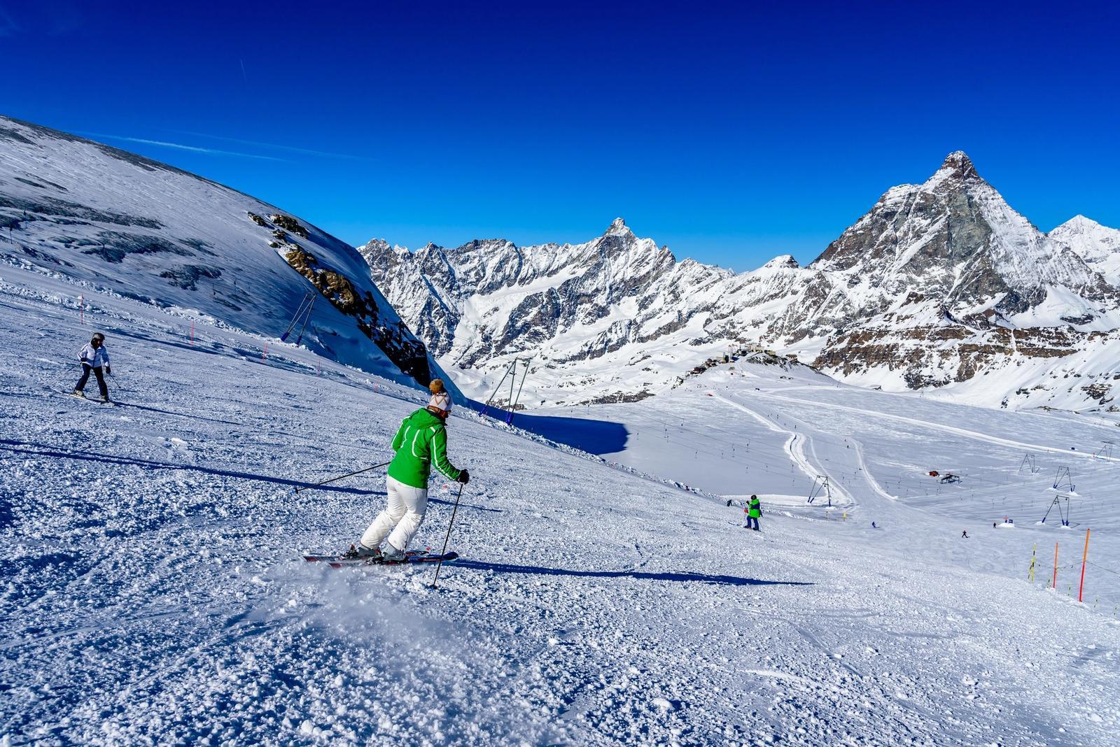 persone che sciano su una pista innevata