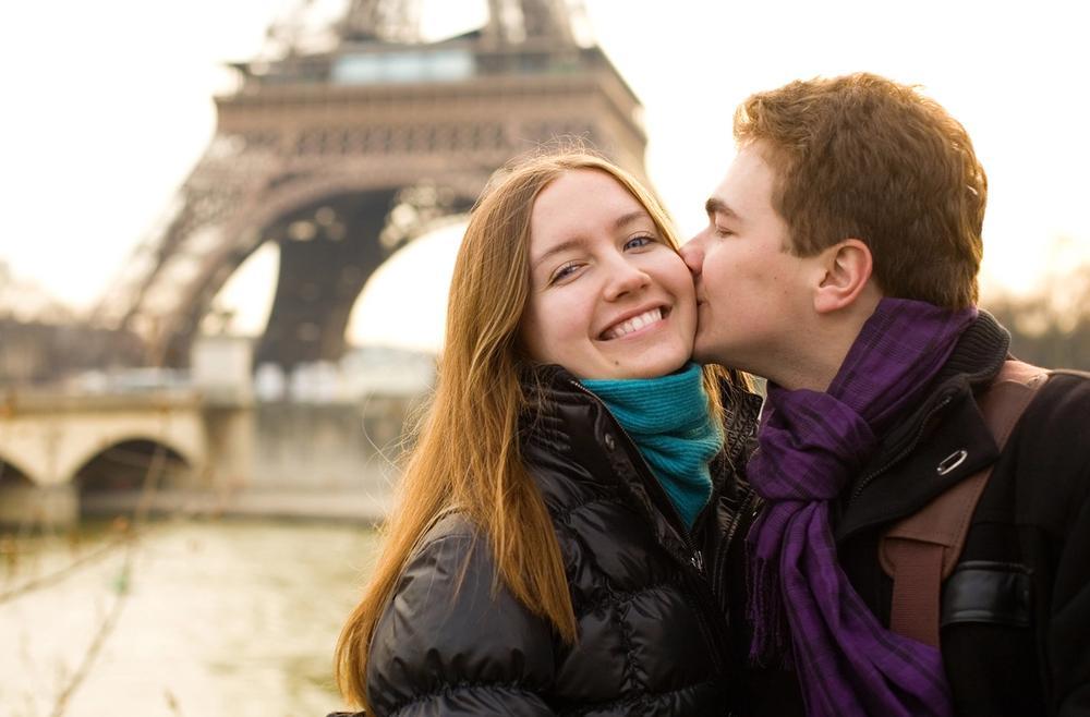 coppia innamorata a parigi