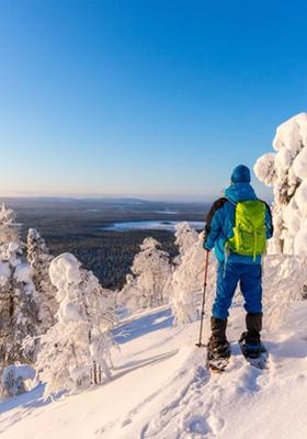 persona in cima alla montagna con ciaspole da neve