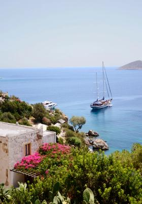barca nel golfo di leros in grecia