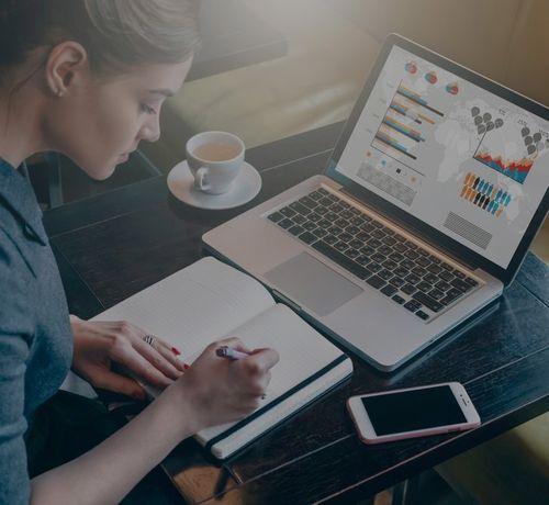 ragazza che lavora al computer in smart working