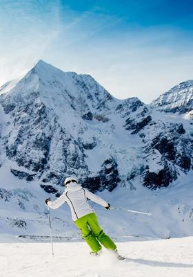 Donna che scia su una pista