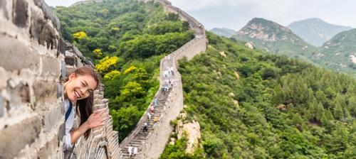 ragazza saluta dalla muraglia cinese