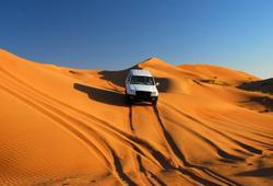 Jeep nel deserto al tramonto