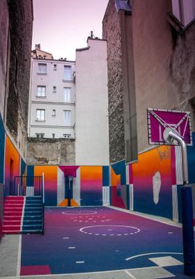 campo da basket colorato a pigalle