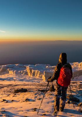 donna che scala il kilimanjaro