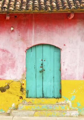 porta colorata nella città di granada in nicaragua
