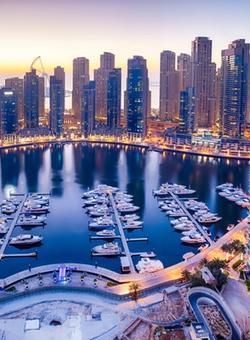 Vista panoramica notturna di Dubai Marina