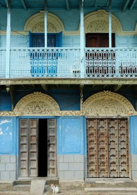 tipici edifici colorati d'azzurro a stone town zanzibar